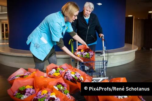 De Wever zet bewoners verzorgingshuizen in het zonnetje met bosje bloemen